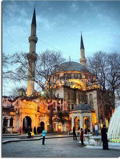 İstanbul Eyüp Sultan Camii › Gezilecek Yerler   Tarihi Mekanlar   Gece Hayatı Cultural Architecture, Urban Architecture, Visit Turkey, Beautiful Mosques, Dream City, Pilgrimage, Travel Around The World, Night Life, Istanbul