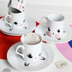 Avec les feutres porcelaine, dessiner une tête de lapin sur la tasse, puis les pieds sur la soucoupe. Imaginez pleins d'autres drôles d'animaux qui vous ac