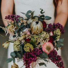 FOTO: CAROLINA SEGRE www.carolinasegre.com. Vi tager dit bryllup ligeså seriøst som dig og vi vil altid mødes med dig til en personlig konsultation, for at tale om dine ideer, planer og farveskema. Vi ønsker at du skal have det bryllup du altid har drømt om. Vi er her for at hjælpe dig udarbejde din vision eller hvis du har brug for hjælp til at udvikle din drøm, vil vi gerne hjælpe dig på rette vej. For sæsonbestemte, unikke og naturlige bryllupsbuketter med indvirkning, som både er…