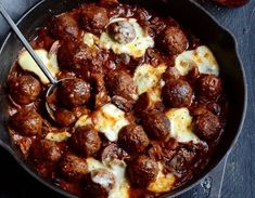 Looking for the ultimate meatball recipe? These are simply the best Barbecue meatballs with bacon gravy. Yes, there's bacon gravy! Meatloaf Recipes, Meatball Recipes, Beef Recipes, Mince Recipes, Kos, Bacon Gravy, Best Meatballs, Family Meals, Gourmet
