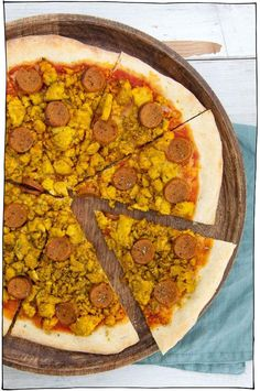This is the ultimate vegan Breakfast Pizza with tofu scramble and homemade seitan sausages! Pizza for breakfast or breakfast pizza for dinner? You decide! Vegan Pepperoni, Pizza Recipes Pepperoni, Tofu Scramble, Breakfast Pizza, Vegan Breakfast Recipes, Curry Pizza, Homemade Seitan, Vegan Pizza Recipe, Vegan Food