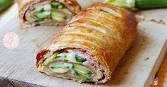 Rotolo con zucchine prosciutto e formaggio una torta salata diversa, veloce e gustosissima che si prepara in poco tempo e con poca fatica.