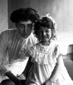 la princesse Ingeborg vers 1908 , avec la benjamine de ses 3 filles ,la princesse Astrid (future reine de Belgique)