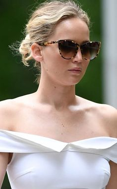 Stylish Thierry Lasry sunglasses in acetate. Hand-made out of Italian Mazzuccheli acetate gives these sunglasses the look and feel of an artistic sculpture. Hard case and pouch included. Sunglasses Thierry Lasry Swappy by Jennifer Lawrence https://lenshop.eu/manufacturers/13001-thierry-lasry/sunglasses