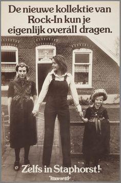 Een vrouw in overal met twee Staphorster meisjes voor tuinhek. 1964 De nieuwe kollektie van Rock-In kun je eigenlijk overáll dragen. Zelfs in Staphorst! Dit is een voorbeeld van het gebruik van streekdracht in de reclame dat minder stereotiep is dan het zo vaak gebruikte Volendamse of Zeeuwse meisje. #Overijssel #Staphorst