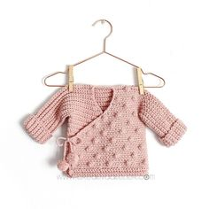 Baby Crochet Kimono- Pattern and Tutorial, Hello Creative! As I have told you on some occasion, a while ago I decided to version my knitting patterns in crochet and vice versa. Crochet Jacket, Knit Crochet, Crochet Hats, Crochet Romper, Knitted Baby, Baby Knitting Patterns, Baby Patterns, Baby Kimono, Kimono Pattern