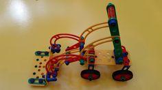 Mecanismo de elevação da pá de um trator simulado com as peças estruturais. Posição abaixada. Robot, School, Robots