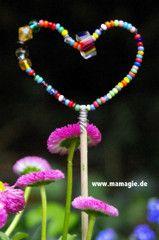 Süße Idee für den Garten: Ein Blumenstecker aus Draht und Perlen #DIY #Blumen #Selbermachen