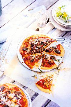 Voici une délicieuse recette de pizza aux légumes grillés mais surtout très facile à faire ! Elle se déguste à l'apéritif accompagné d'une salade fraîche ou d'antipasti ou peut se déguster au dîner, partagée à deux (ou pas !)