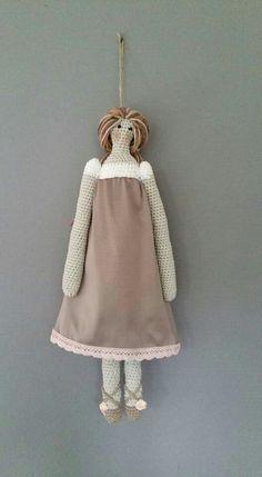 Tilda, de gehaakte versie gemaakt! Omdat de naaimachine niet mijn sterkste punt is het jurkje simpel gehouden. Volg ons op Facebook over haken en nog meer gezellige en hippe zaken www.facebook.com/mijnschoonzusenik