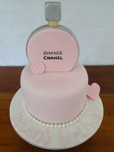 Aww this is vvv cute Bolo Chanel, Chanel Cake, Fondant Cakes, Cupcake Cakes, Cupcakes, Beautiful Cakes, Amazing Cakes, Diva Cakes, Bottle Cake