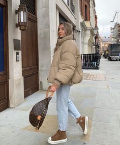 Jeans Outfit Winter, Mom Jeans Outfit, Winter Fashion Outfits, Fall Winter Outfits, Mode Ootd, Beige Outfit, Hijab Style, Look Girl, Outfits With Converse