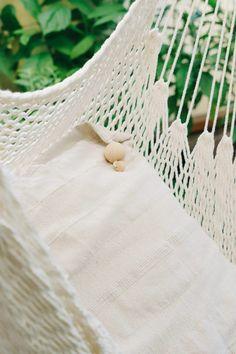 Auf der Terrasse habe ich auch ein paar Kissen liegen um alles etwas gemütlicher zu machen. Als Besonderheit habe ich die Kissen mit Holzperlen und Quasten verziert. Hier meine super einfache und schnelle Anleitung: Diy Blog, Kugel, Outdoor Furniture, Outdoor Decor, Hammock, Home Decor, Patio, Sew Pillows, Embellishments