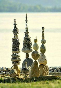 Specializing in land art, James Brunt uses natural materials to create eye-catching ephemeral art, from stone spirals to mandalas made of sticks and leaves. Land Art, Stone Balancing, Art Et Nature, Art Rupestre, Art Pierre, Rock Sculpture, Stone Sculptures, Garden Sculptures, Abstract Sculpture