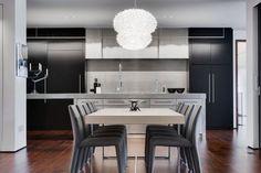 Esszimmermöbel - rechteckiger Holz Esstisch und grau gepolsterte Stühle