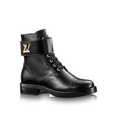 Entdecken Sie WONDERLAND RANGER, FLACH  Dieser modische Ranger-Stiefel aus natürlichem Kalbsleder ist mit einer LV-Twist Schließe versehen, die von den Lederwaren von Louis Vuitton inspiriert ist.