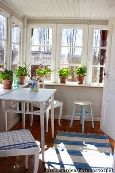 nordingården Cottage Living, Cottage Homes, Cottage Style, Swedish Cottage, Cosy Home, Spring Home Decor, Porch Decorating, Country Decor, My Dream Home