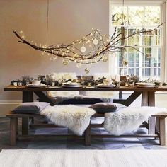 What's the difference between Hygge and Minimalism? - My Minimalist Living Christmas Dining Table, Christmas Table Settings, Christmas Table Decorations, Dining Room Table, Dining Rooms, Home Decorations, Winter Decorations, Christmas Tablescapes, Hygge Home