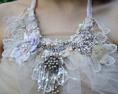 Art Shabby Chic cast by hand. Necklace embroidered with lace and stones. Paper Jewelry, Jewelry Art, Fabric Flower Necklace, Shabby Chic Jewelry, Vintage Veils, Flower Girl Headbands, Freeform Crochet, Capelet, Craft Patterns