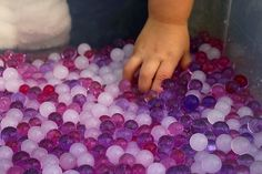 Découvrir & explorer les perles d'eau - 22 mois