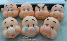 .7 nains Polymer Clay Dolls, Polymer Clay Projects, Fondant Animals, Disney Figurines, Clay Baby, Cute Clay, Fondant Tutorial, Fondant Toppers, Disney Cakes