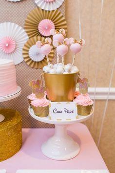 Mesa en tonos dorado rosa blanco