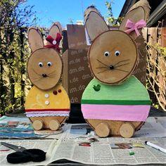 Wil je met je kinderen knutselen met Pasen, wat dacht je van deze vrolijk geklede paashaasjes? Alle houtschijven in grote en kleine maten verkrijgbaar op webshop www.decoratietakken.nl