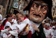 Le Kiliki Caravinagre porte un enfant lors du traditionnel défilé des fêtes de San Fermin à Pampelune (Espagne), le 10 juillet 2012. PABLO BLAZQUEZ DOMINGUEZ