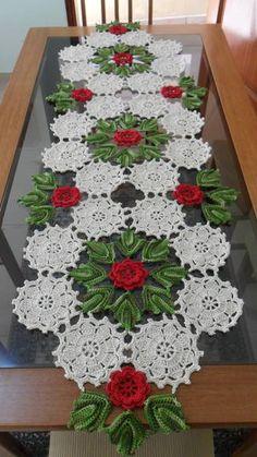 Caminho de mesa em crochê com flores em vermelho, folhas verde multicolorido e fundo em cru + 1 Centro de Mesa nas mesmas cores. *Encomenda Lourdes R$ 210,00