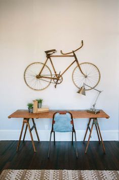 loved how they used this bike as sculpture..Fixer_Upper_14-(ZF-7880-13495-1-005)