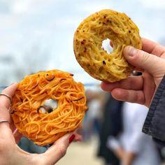 スパゲティ×ドーナツのコラボ「スパゲティドーナツ」が話題となっています。自宅で簡単に作ることができる再現レシピもご紹介!アメリカ発のハイブリッドフード「スパゲティドーナツ」を今すぐチェックしましょう。