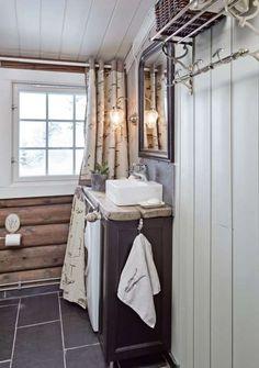 Nytt bad: På badet har eierne lagt nye gulvfliser og satt inn ny baderomsinnredning. Den lille vasken heter Bergamo og er fra Korsbakken. Den fås hos de fleste VVS-forhandlerne.