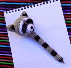 Free crochet pattern for raccoon pen cover Crochet Cross, Cute Crochet, Knit Crochet, Crochet Keychain, Crochet Bookmarks, Amigurumi Patterns, Crochet Patterns, Crochet Pencil Case, Pen Toppers