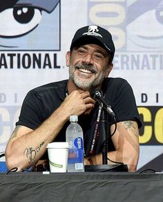 Lauren Cohan and Jeffrey Dean Morgan onstage at Comic-Con International 2017 AMC's 'The Walking Dead' panel on July 2017 in San Diego, California Hilarie Burton, Jeffrey Dean Morgan, The Walking Dead, Kenneth Branagh, 2 Kind, Lauren Cohan, Kevin Costner, Dark Photography, Rick Grimes