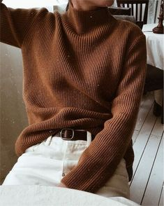 Cozy brown turtleneck sweater with winter white jeans. Looks Style, Looks Cool, My Style, Mode Outfits, Fall Outfits, Fashion Outfits, Outfit Winter, Fashion Clothes, New Fashion