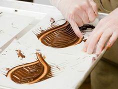 des-feuilles-en-chocolat-a-dessiner-idee-comment-faire-des-décors-en-chocolat-a-realiser-a-l-aide-de-ses-mains