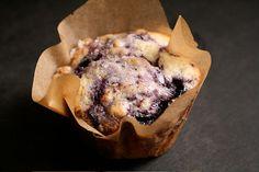 Un muffin aux myrtilles dans une caissette en papier