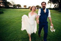 schlichtes schulterfreies Brautkleid mit Ärmeln und dezentem Strass-Gürtel