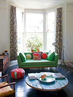 Green couch and big bay windows Home Living Room, Apartment Living, Living Room Decor, Living Spaces, Decor Room, Sweet Home, Turbulence Deco, Colourful Living Room, Deco Boheme