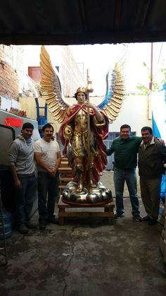 Arcangel Rafael tallado en madera de patol y estofado en hoja de oro por Oscar Vieyra