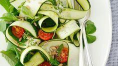 Grünzeug mit viel Aroma: Zucchini-Tomaten-Minze-Salat  