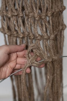 Diagnoosi:sisustusmania: Rysävalaisin teko-ohje kuvineen Rope Crafts, Diy And Crafts, Macrame Wall Hanging Patterns, Diy Chandelier, Macrame Tutorial, Lamp Shades, Lights, Knitting, Diy Ideas