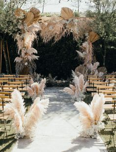 Nikia aka Mad Maven Style used wonderfully Boho coloured pampas grass for her wedding ceremony at The Ruby Street in Los Angeles, California. wedding aisle Mad Maven Style's Marie Antoinette Meets Southwestern-Inspired Wedding — Part 1 Wedding Trends, Wedding Styles, Wedding Designs, Bohemian Wedding Flowers, Feather Wedding Decor, Decor Wedding, Boho Flowers, Flowers On Cake, Victorian Wedding Decor