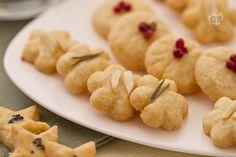 I frollini al parmigiano sono gustosi biscottini salati, ideali per l'aperitivo. La base è fatta di pasta frolla con ingredienti salati!