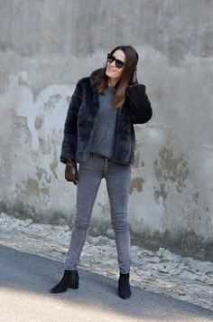 Maria Guedes fall-winter style // grey denim, pointy ankle boots and faux fur style