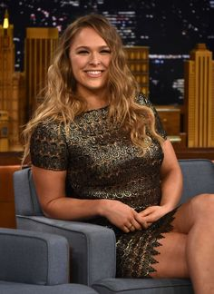 Ronda Rousey Tests Her Arm-Breaking MMA Maneuver on Jimmy Fallon - Watch Here!: Photo Ronda Rousey is all smiles as she makes an appearance on The Tonight Show Starring Jimmy Fallon on Tuesday (March in New York City. The actress… Ronda Rousey Wwe, Ronda Jean Rousey, Rowdy Ronda, Hot Girls, Ufc Women, Ufc Fighters, Female Fighter, Sports Women, Destroyed Jeans