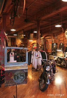 urban farmgirl: american pickers - nashville style Vintage Store Displays, Vintage Stores, American Casual, American Pickers, Ultimate Man Cave, Old Garage, American Interior, Loft, Men Store