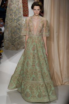 Explore the looks, models, and beauty from the Valentino Spring/Summer 2015 Couture show in Paris on 28 January with show report by Francesca Burns Couture Mode, Style Couture, Couture Fashion, Fashion Beauty, Valentino Couture, Rebecca Taylor, Fashion Week, Fashion Show, Fashion Design