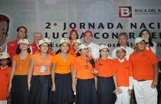 Acompañado de niños, con quienes se tomó la foto del recuerdo, el gobernador Javier Duarte de Ochoa dijo que el programa contra el dengue extenderá sus esfuerzos para mantener escuelas sin mosquitos.
