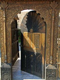 blanska:  székelykapu #Erdély#székely#székelykapu#székelyföld#hungarian#transilvania#beautiful Islamic Architecture, Amazing Architecture, Architecture Details, Old Doors, Windows And Doors, Front Doors, Entrance Gates, Grand Entrance, Door Knockers